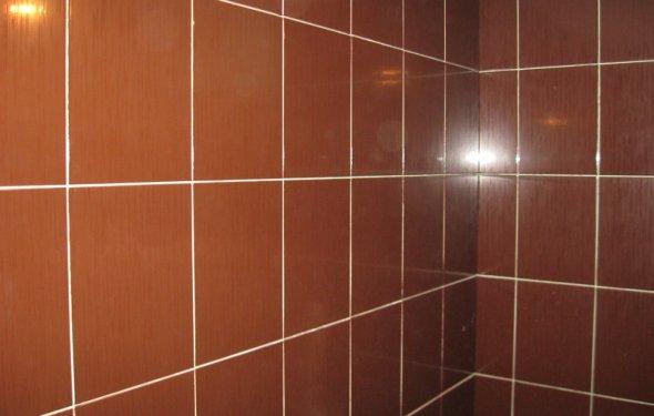 Эта плитка уложена на стену из